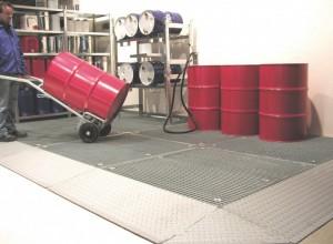 Eine Bodenschutzwanne ist begeh- und befahrbar - ideal für die Lagerung großer Mengen